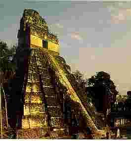 Templo I de  Tikal (700 d.c.) Fuente: A. Ciudad, Los mayas, col. biblioteca  iberoamericana, Anaya, Madrid, 1988. p. 28)