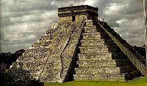 """Pirámide escalonada, Chichen Itza, """"ciudad del brujo del agua"""". (Fuente: A. Ciudad, Los mayas, col. biblioteca iberoamericana, Anaya, Madrid, 1988. p. 35)"""